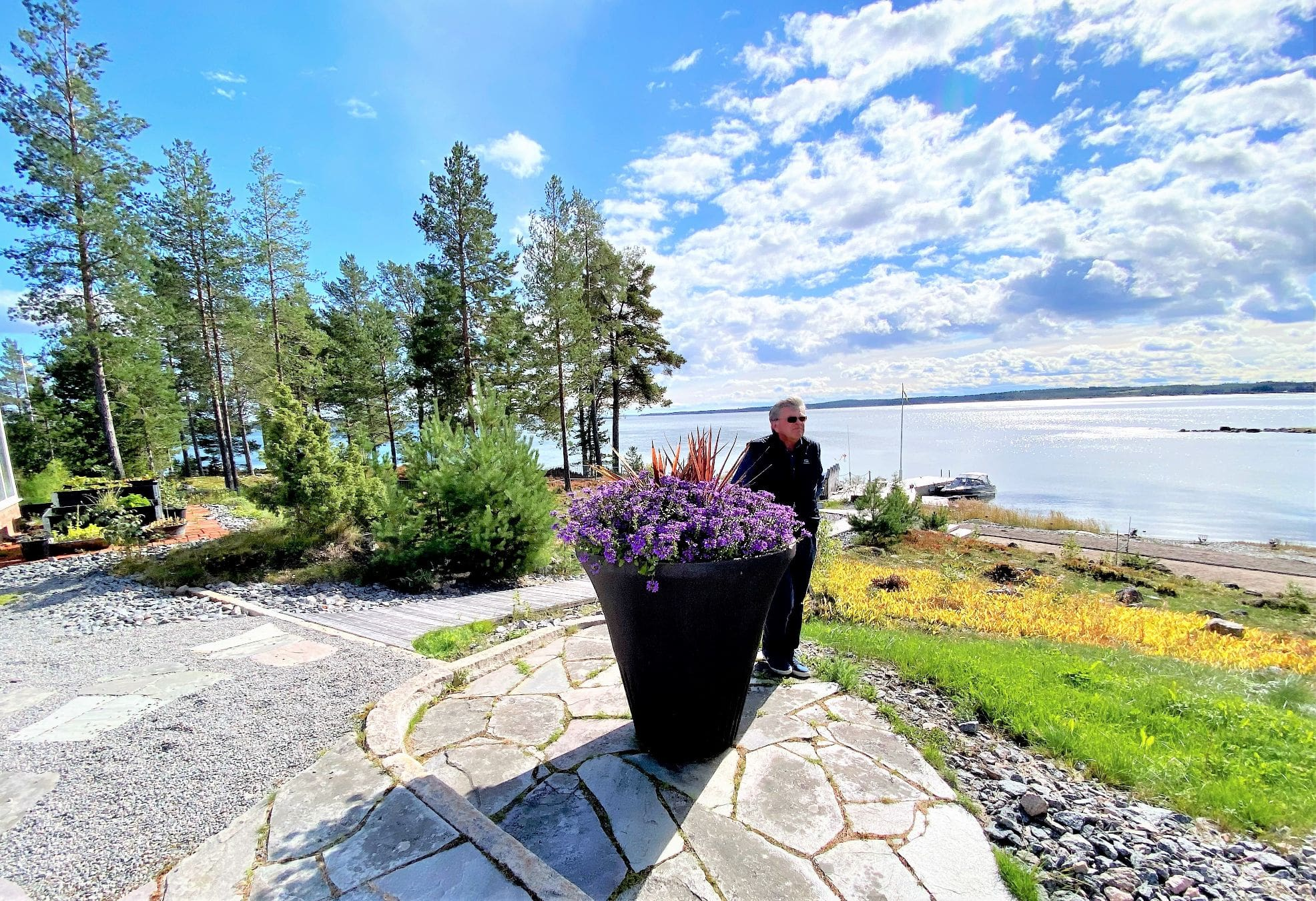 Anders Eriksson blickar ut över havet